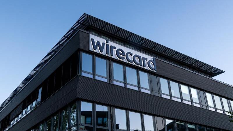 Der Schriftzug von Wirecard ist an der Firmenzentrale in Aschbeim zu sehen. Foto: Peter Kneffel/dpa/
