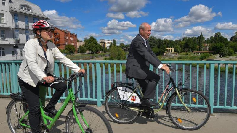 Katrin Lange, Brandenburgs Europaministerin, unterwegs mit Fred Mahro, Bürgermeister von Guben. Foto: Patrick Pleul/dpa-Zentralbild/ZB