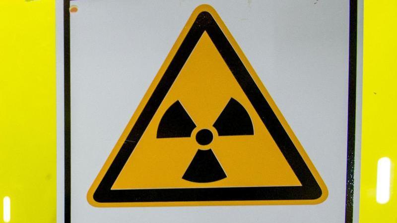 Ein Warnschild, das vor radioaktiven Stoffen oder ionisierenden Strahlen warnt. Foto: Jens Büttner/dpa-Zentralbild/dpa/Symbolbild