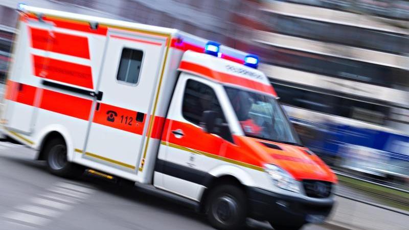 Ein Rettungswagen fährt mit Blaulicht. Foto: Nicolas Armer/dpa/Symbolbild