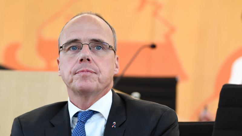 Peter Beuth (CDU), Innenminister von Hessen, sitzt im Landtag. Foto: Arne Dedert/dpa Pool/dpa