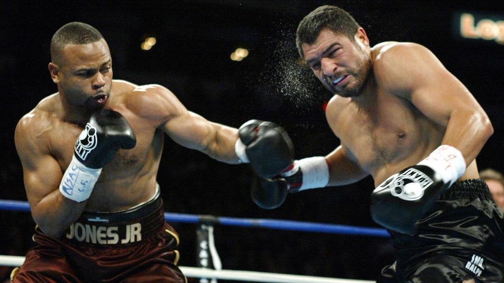 2003 deklassierte Roy Jones WBA-Schwergewichts-Champion John Ruiz (r.)
