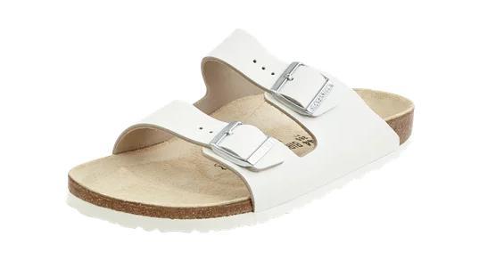 Weiße Sandalen von Birkenstock.