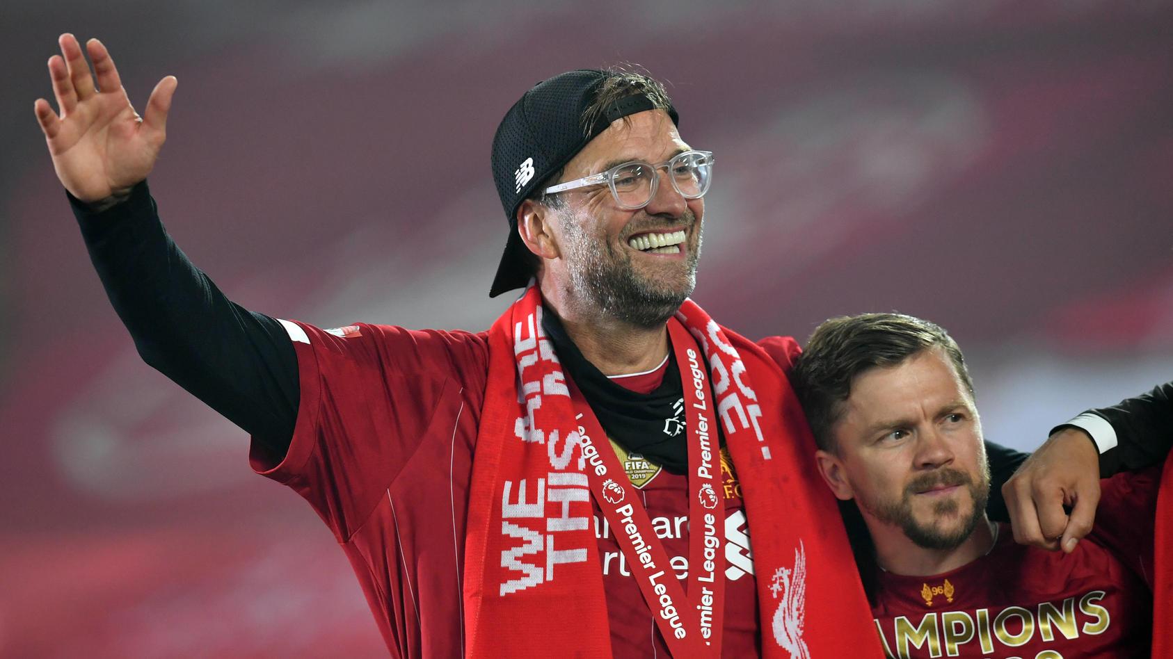 Jürgen Klopp feiert mit seiner Mannschaft die Meisterschaft in der Premier League.