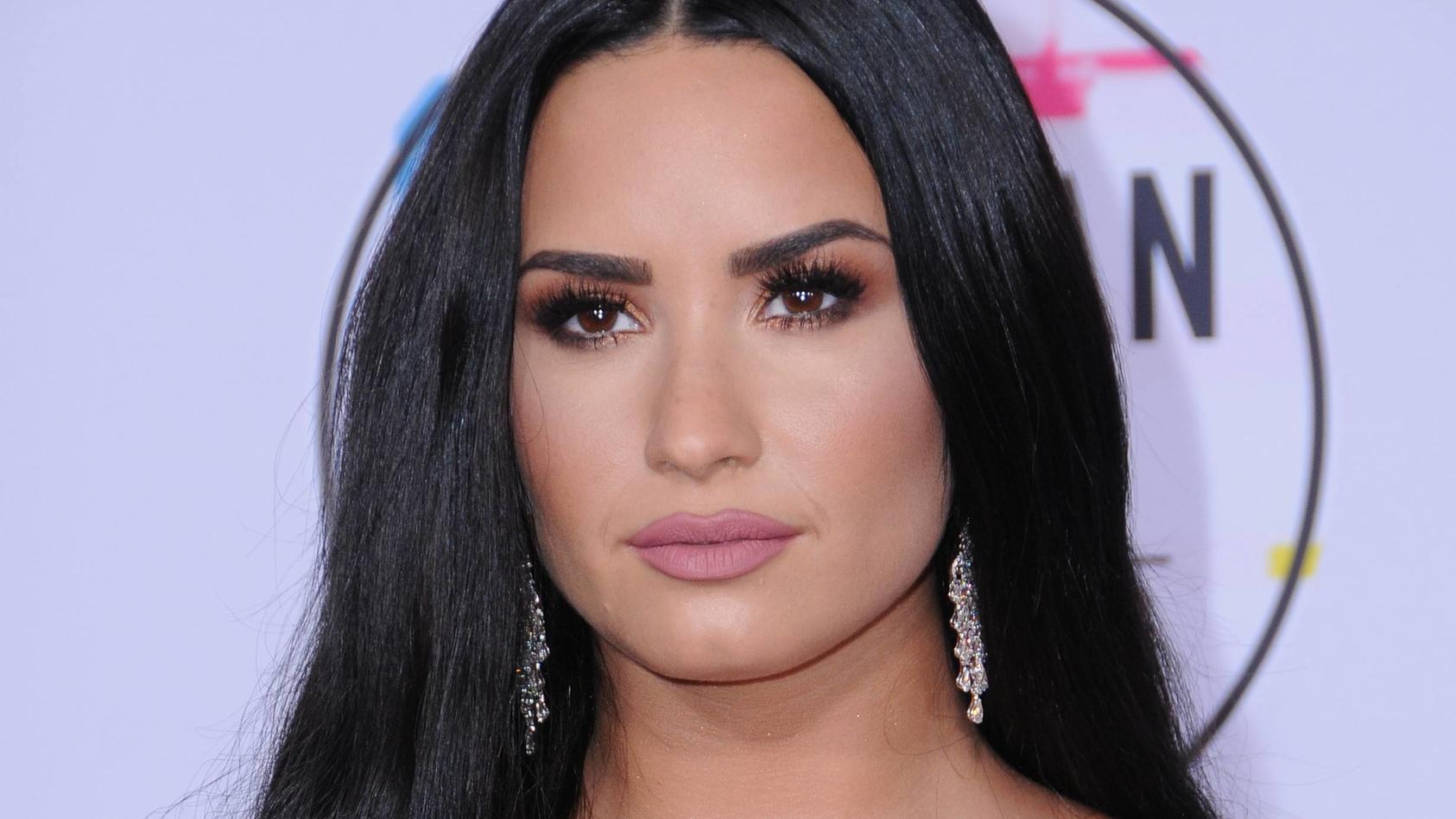 Hat Demi Lovatos Ex-Verlobter Max Ehrich die Sängerin nur ausgenutzt?