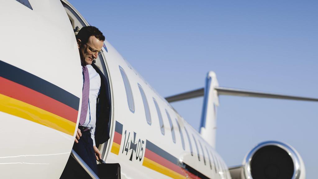 News Themen der Woche KW15 Bundesgesundheitsminister Jens Spahn CDU steigt aus einem Flugzeug der Flugbereitschaft in Rheinmuenster am 07.04.2020. Rheinmuenster Germany *** Federal Minister of Health Jens Spahn CDU steps out of a plane of the Rheinm