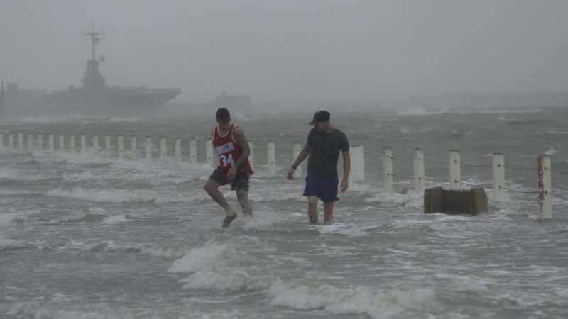 Eine Straße in der texanischen Stadt Corpus Christi ist bereits von dem anstehenden Hurrikan überflutet worden. Foto: Eric Gay/AP/dpa
