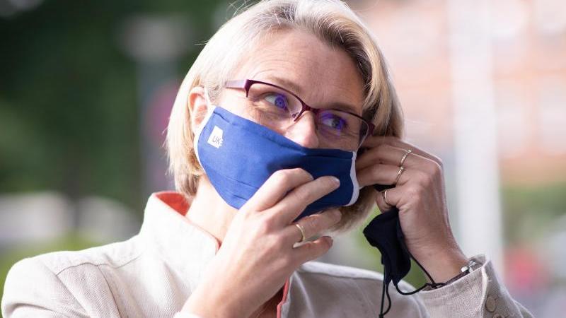 Bundesforschungsministerin Anja Karliczek möchte, dass jeder Deutsche, der es will, gegen das Coronavirus geimpft werden kann. Foto: Christian Charisius/dpa/Pool/dpa