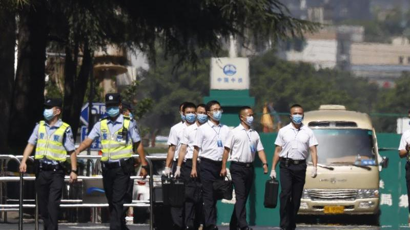 Chinesisches Sicherheitspersonal verlässt das US-Konsulat in Chengdu. Foto: Ng Han Guan/AP/dpa
