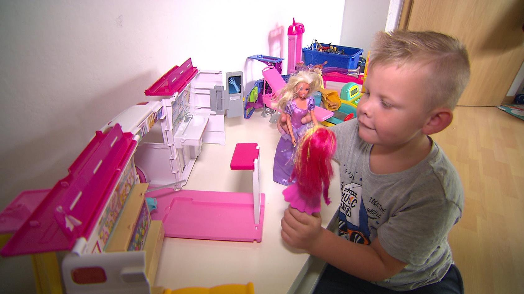 Elias spielt gerne mit Puppen - war das der wahre Grund für seinen Kita-Rauswurf?