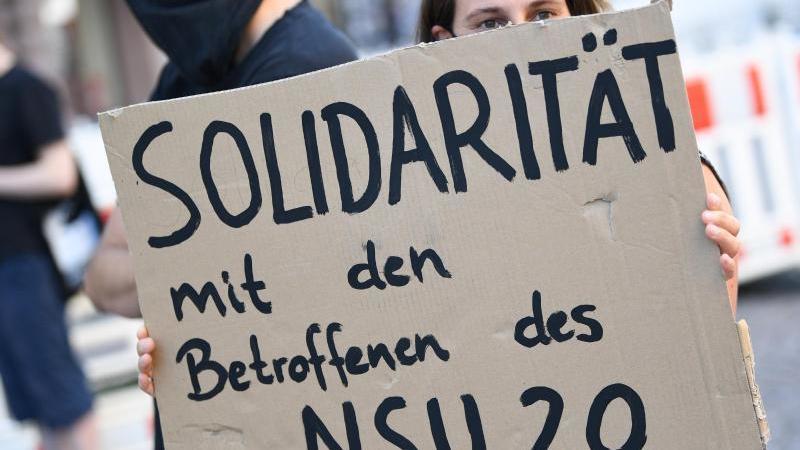 """Ein Demonstrantin in Wiesbaden zeigt """"Solidarität mit den Betroffenen des NSU 2.0"""". Foto: Arne Dedert/dpa"""