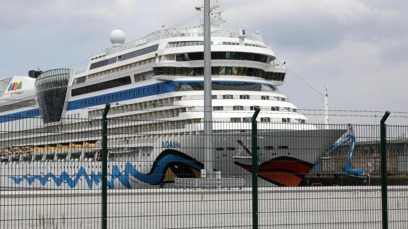 """Die """"AIDAblu"""" im Seehafen Rostock. Foto: Bernd Wüstneck/dpa-Zentralbild/dpa"""