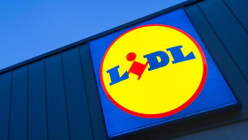 Das Logo an einer Lidl-Filiale. Foto: Matthias Balk/dpa/Archivbild