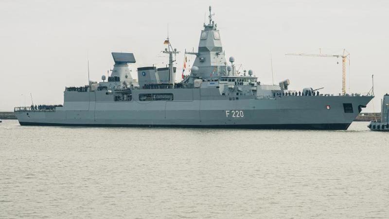 """Deutschland schickt die Fregatte """"Hamburg"""" für einen EU-Marineeinsatz vor Libyen ins Mittelmeer. Foto: Mohssen Assanimoghaddam/dpa"""