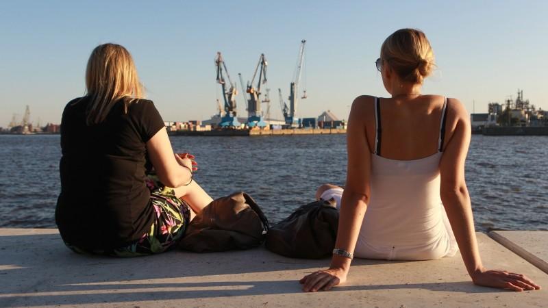 Bei sommerlicher Wärme genießen zwei junge Frauen am Samstag (01.10.2011) im Hafen von Hamburg die Sonne. Die Temperaturen brachten an diesem Wochenende in vielen Teilen Deutschlands einen schönen Altweibersommer. Foto Ulrich Perrey/lno  +++(c) dpa -