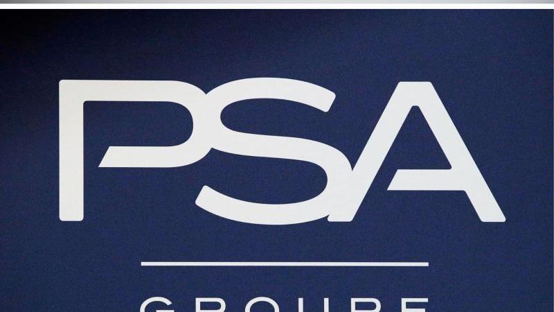 Blick auf die Logos von Fiat Chrysler und der PSA-Gruppe. Foto: Uli Deck/Christophe Ena/AP/dpa/Archivbild