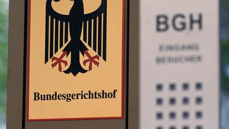 Ein Schild weist auf den Bundesgerichtshof hin. Foto: Uli Deck/dpa/Archivbild