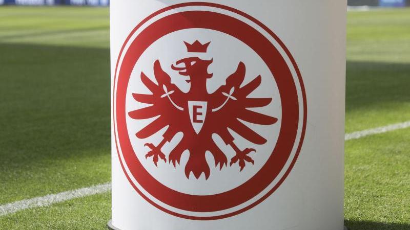 Das Logo von Eintracht Frankfurt auf dem Pult des Stadionsprechers in der Commerzbank-Arena. Foto: Frank Rumpenhorst/dpa/Archivbild