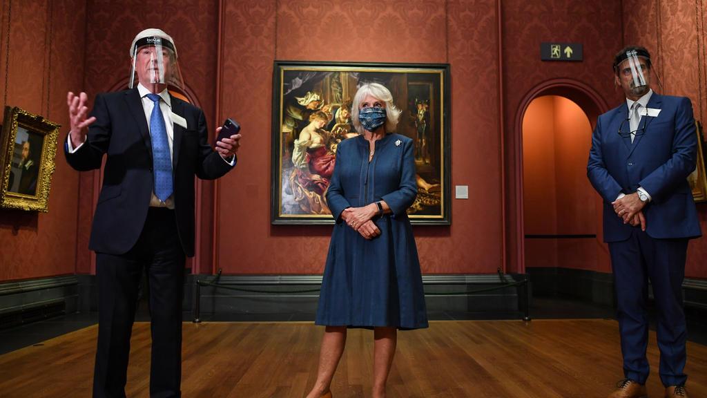 Herzogin Camilla imit Maske n der  National Gallery in London.