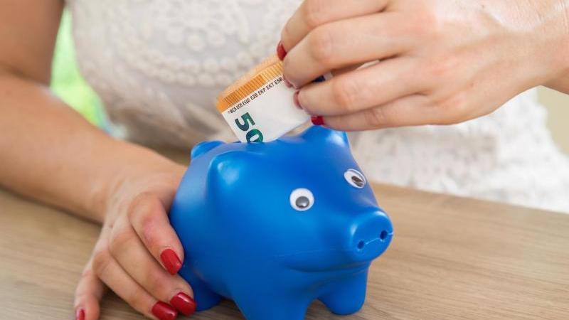 Wer regelmäßig spart, kann die Rate reduzieren. Das kann bei finanziellen Engpässen Luft verschaffen. Foto: Christin Klose/dpa-tmn
