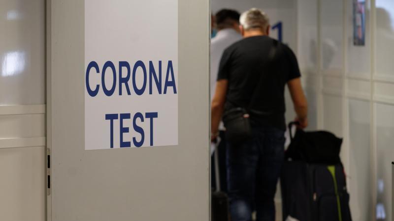 Bundesgesundheitsminister Jens Spahn (CDU) hat angekündigt, eine Testpflicht auf das Coronavirus für Einreisende aus Risikogebieten anzuordnen. Foto: Henning Kaiser/dpa