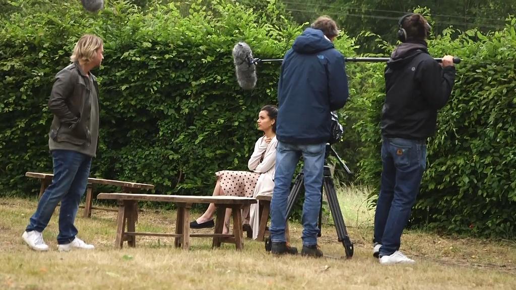 Finn trifft im Garten des Klosters auf eine sehr attraktive Frau.