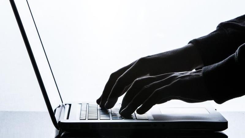 Käufer von gebrauchten Laptops sollten unbedingt die Akkulaufzeit des Gerätes prüfen - diese lässt über die Jahre spürbar nach. Foto: Silas Stein/dpa/Illustration