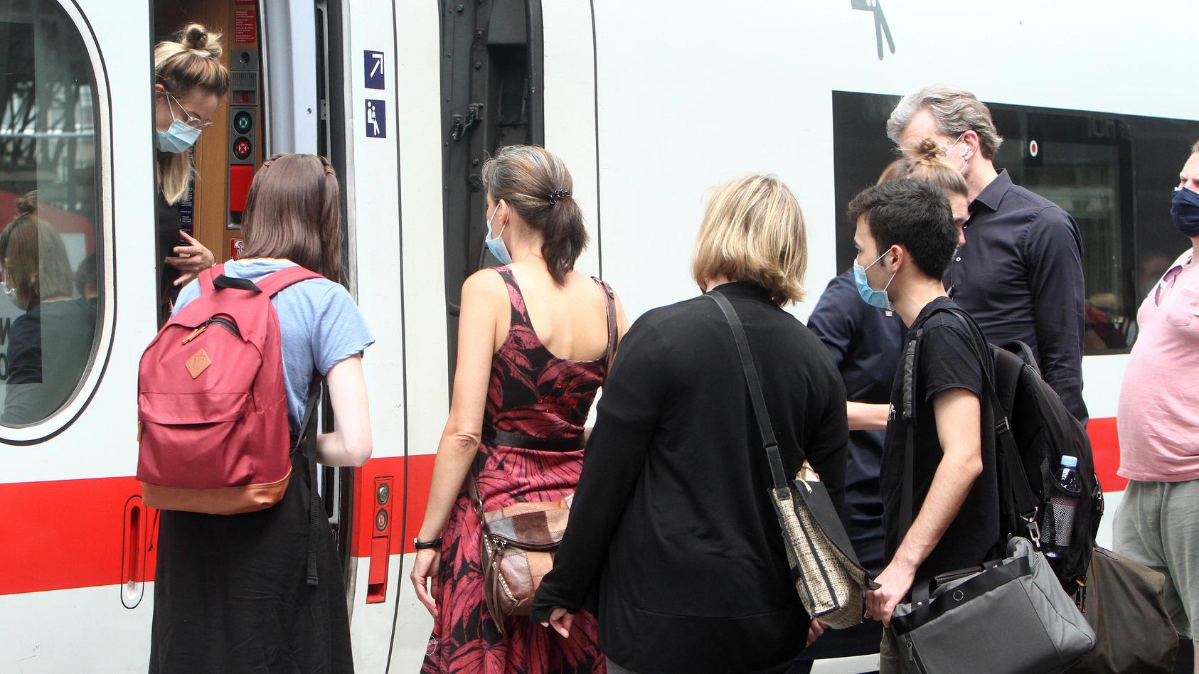 Die Bahn will Passagiere ohne Maske des Zuges verweisen.