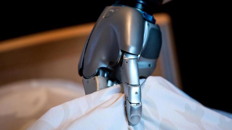 Assistenzroboter können viele Aufgaben in der Pflege übernehmen. Foto: Sven Hoppe/dpa/dpa-tmn