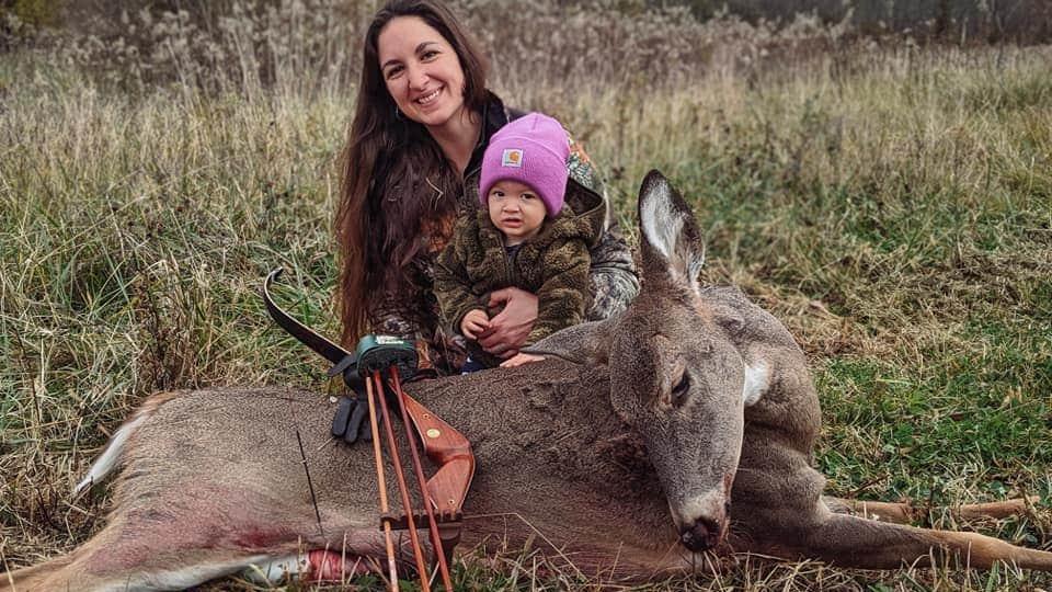 Beka Garris und ihre Tochter Isabella posieren mit einem selbst erlegten Reh.