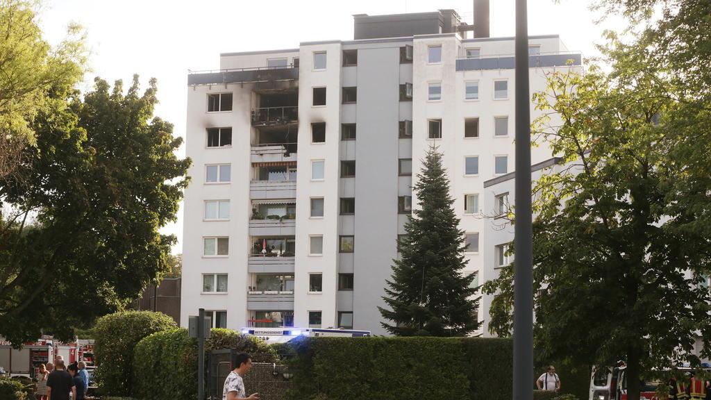 01.08.2020, Nordrhein-Westfalen, Meerbusch: Das Mehrfamilienhaus, in dem einem Brand ausgebrochen war. Bei den Löscharbeiten hat die Feuerwehr einen leblosen Menschen gefunden. Insgesamt wurden zwölf Menschen verletzt - einer schwer, einer mittelschw