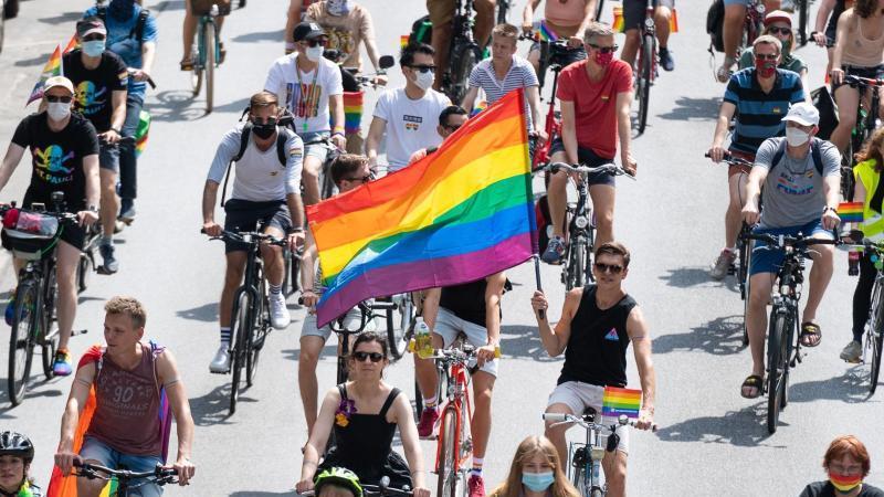 Flagge zeigen:die CSD-Fahrraddemo in Hamburg. Foto: Daniel Reinhardt/dpa