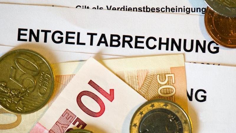 Die Gehaltsunterschiede zwischen Arbeitnehmern in Ost- und Westdeutschland bleiben groß - der Lohnabstand hat sich jedoch weiter verringert. Foto: Arno Burgi/dpa-Zentralbild/dpa/Illustration