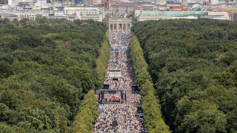 Tausende bei einer Kundgebung gegen die Corona-Beschränkungen auf der Straße des 17. Juni. Foto: Christoph Soeder/dpa