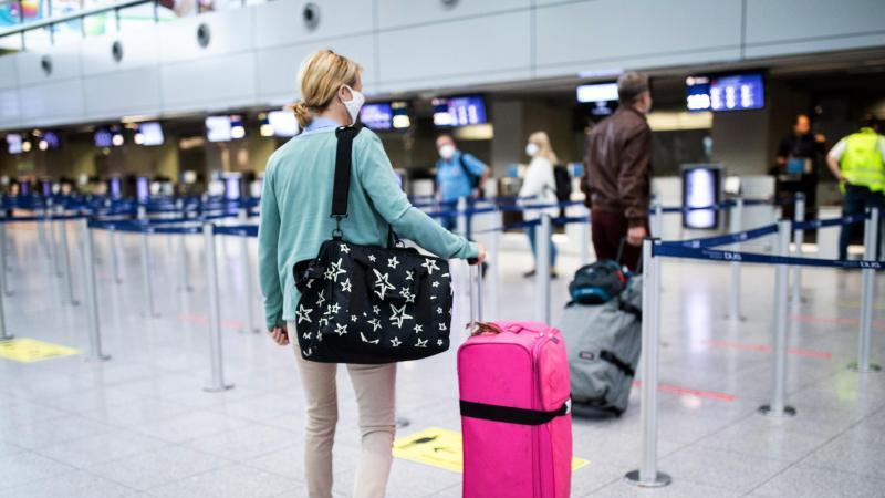 Passagiere sollen mit dem Smartphone am Flughafen künftig sämtliche Formalitäten erledigen können. Foto: Marcel Kusch/dpa