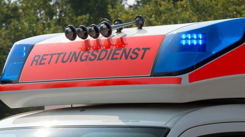 Blaulicht an einem Fahrzeug des Rettungsdienstes. Foto: Soeren Stache/dpa/Symbolbild