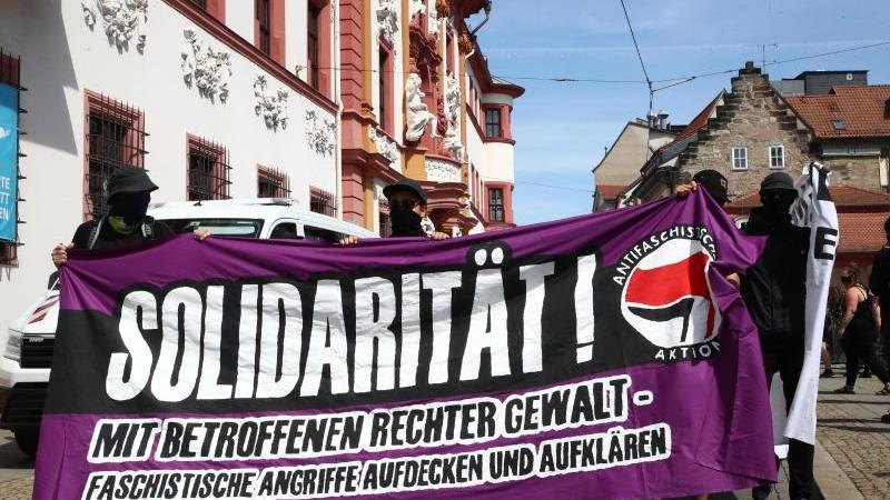 Nach einem rechtsextremistischen Angriff inErfurt demonstrierten Hunderte gegen Übergriffe aus der rechten Szene. Foto: Bodo Schackow/dpa-Zentralbild/dpa