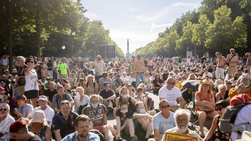 Trotz steigender Infektionszahlen haben Tausende Menschen in Berlin protestiert. Foto: Christoph Soeder/dpa