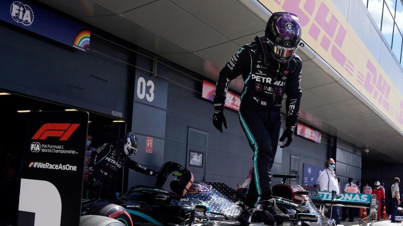 Mit einer Fabelrunde in der Qualifikation schockte Lewis Hamilton die Konkurrenz. Foto: Will Oliver/Pool'EPA/AP/dpa
