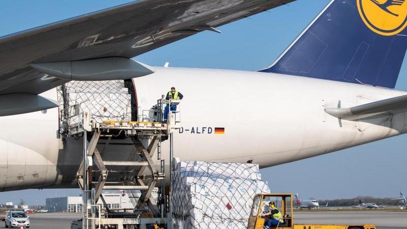 Ein Frachtflugzeug der Lufthansa Cargo wird auf dem Flughafen München entladen. Foto: Matthias Balk/dpa