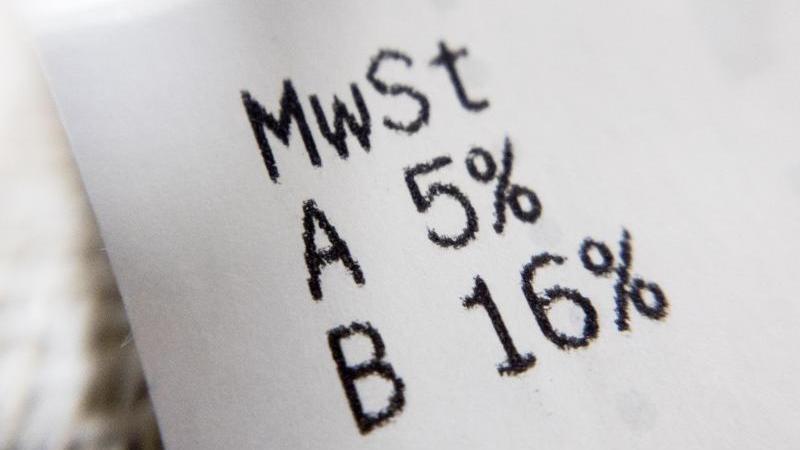 Die gesenkten Mehrwertsteuersätze von 16 bzw. 5 Prozent werden auf dem Einkaufsbeleg ausgewiesen. Foto: Christoph Soeder/dpa
