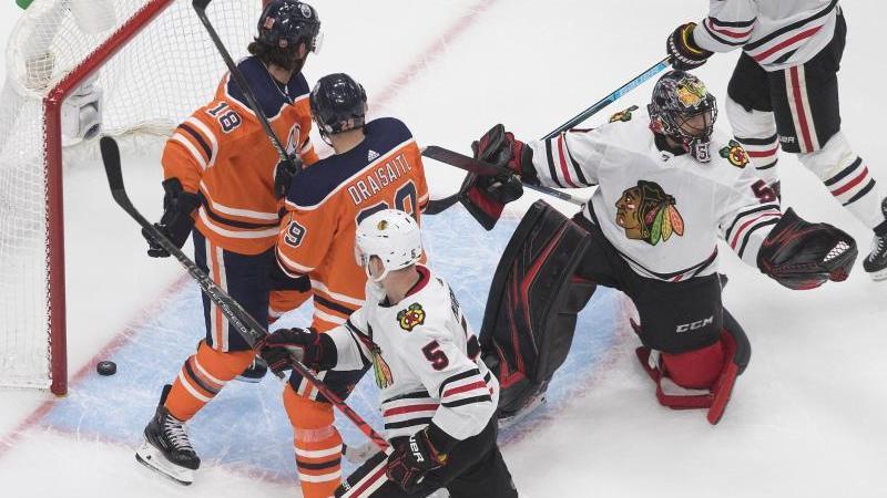 Leon Draisaitl (2.v.l) konnte die Oilers-Niederlage gegen die Chicago Blackhawks nicht verhindern. Foto: Jason Franson/The Canadian Press/AP/dpa