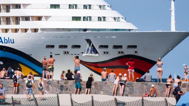 Die AIDAblu der Reederei Aida Cruises kommt im Ostseebad Warnemünde an. Foto: Sven Hoppe/dpa/Archivbild