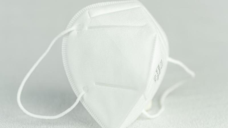 Aufnahme einer Atemschutzmaske vom Typ FFP3. Foto: Friso Gentsch/dpa