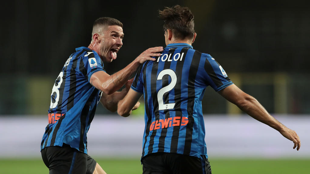 BERGAMO, ITALY - JULY 08:  Rafael Toloi of Atalanta BC celebrates with his team-mate Robin Gosens (L) after scoring the opening goal during the Serie A match between Atalanta BC and UC Sampdoria at Gewiss Stadium on July 8, 2020 in Bergamo, Italy.  (