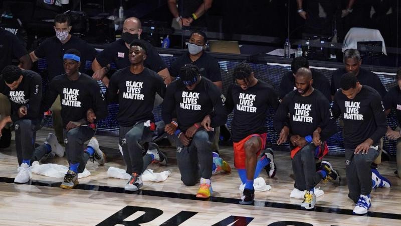Die NBA-Profis von Oklahoma City Thunder um Dennis Schröder (2.v.l) während der US-Hymne. Foto: Ashley Landis/Pool AP/dpa