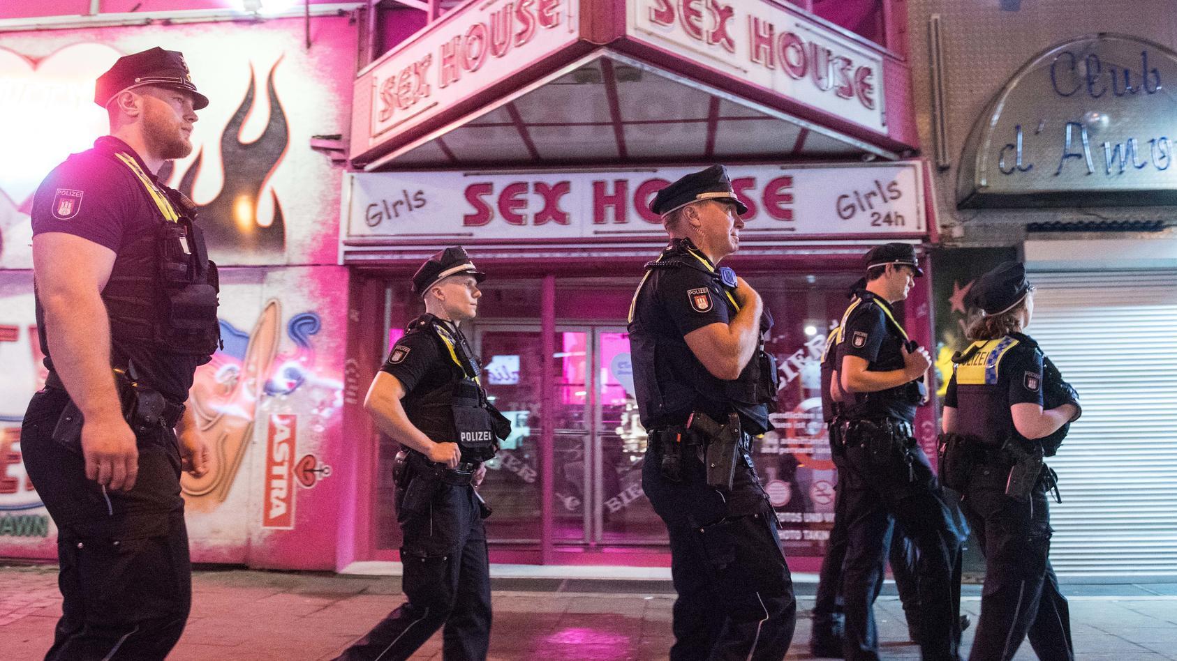 Polizisten auf Patrouille auf der Hamburger Reeperbahn.