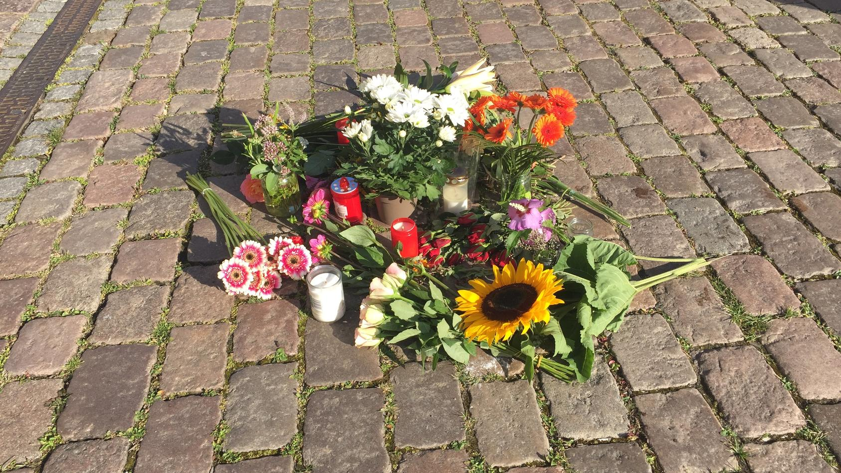 Blumen liegen am Unfallort