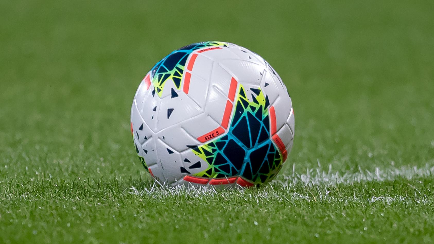 Der niederländische Fußball führt ein Novum ein: zum ersten Mal darf eine Frau in einer Männermannschaft kicken.