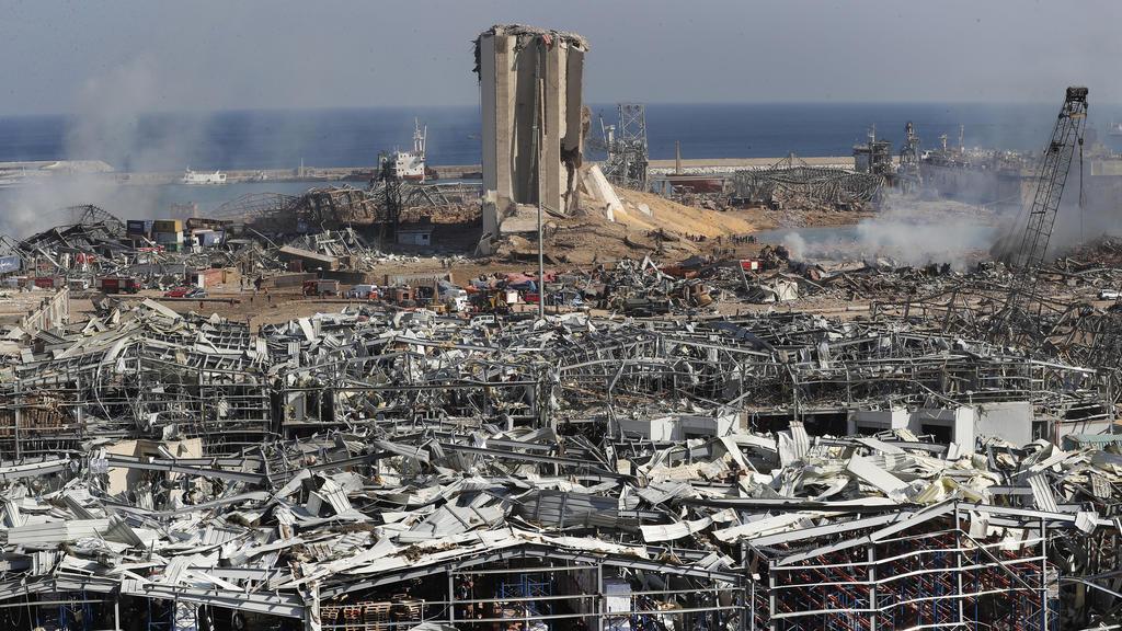 05.08.2020, Libanon, Beirut: Blick über den Schauplatz nach einer massiven Explosion im Hafen. Foto: Hussein Malla/AP/dpa +++ dpa-Bildfunk +++